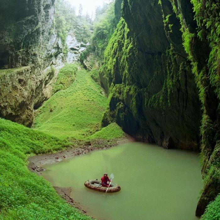 Пещера-пропасть в карстовом массиве