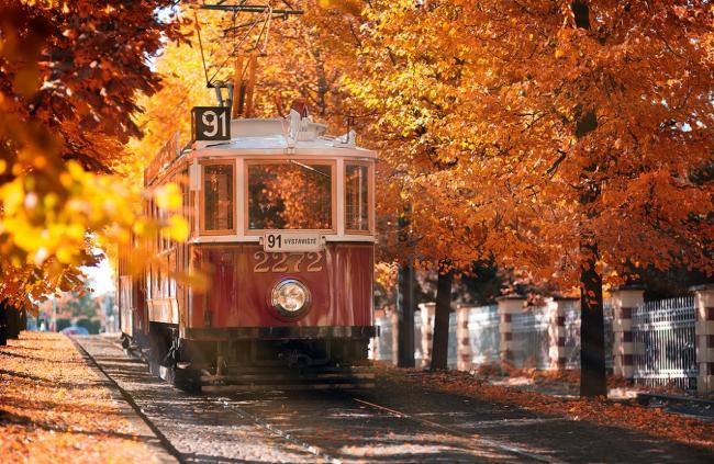 Трамвай едет по улочке в Праге, Чехия