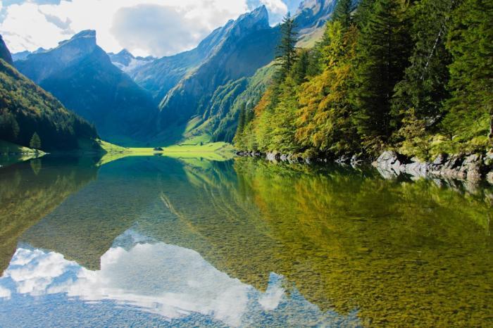 Альпийское горное озеро.