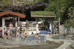 После прогулки по реке и отдыха на пляже Итузу, журналисты приняли грязевые ванны целебных источников расположенные по маршруту экскурсионного кораблика.