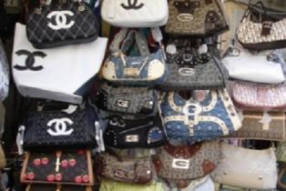 Полиция Италии штрафует покупателей поддельных товаров