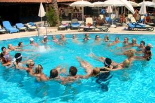 Туристы рассказали, что раздражает их на пляже и у бассейна