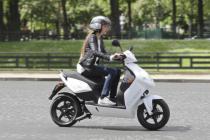 Париж предлагает туристам передвигаться на электроскутерах