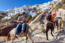 Кому на Санторини запретили кататься на ослах?